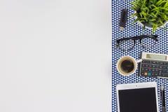 Σύγχρονος άσπρος πίνακας γραφείων γραφείων με μια ταμπλέτα, υπολογιστής, μάνδρα, ε Στοκ Φωτογραφία