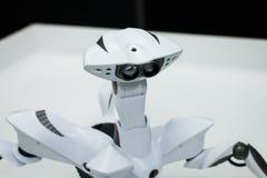 Σύγχρονος άσπρος φουτουριστικός στενός επάνω πυροβολισμός ρομπότ humanoid άσπρος στενός επάνω ρομπότ αραχνών Στοκ εικόνα με δικαίωμα ελεύθερης χρήσης