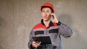 Σύγχρονος ανάδοχος που μιλά στο τηλέφωνο απόθεμα βίντεο