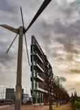 Σύγχρονος ανεμόμυλος και αρχιτεκτονική στο κέντρο της πόλης του Άμστερνταμ Στοκ Εικόνες