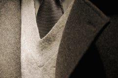 σύγχρονος δεσμός κοστουμιών επιχειρησιακών ατόμων στοκ εικόνες