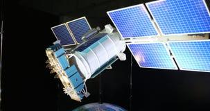 Σύγχρονος δορυφόρος στις ηλιακές μπαταρίες διανυσματική απεικόνιση