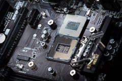 Σύγχρονος επεξεργαστής υπολογιστών στην υποδοχή μητρικών καρτών Στοκ φωτογραφία με δικαίωμα ελεύθερης χρήσης