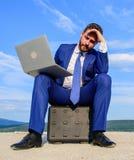 Σύγχρονος επιχειρηματίας ιδιοτήτων lap-top αναπόφευκτος Σύγχρονη εργασία ευκαιρίας συσκευών τεχνολογιών φορητή παγκοσμίως καλύτερ στοκ εικόνα