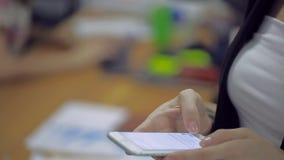 Σύγχρονος, λεπτός επιχειρηματίας που στέκεται σε ένα γραφείο και απόθεμα βίντεο