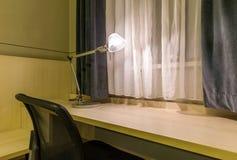 Σύγχρονος εργασιακός χώρος στο ελαφρύ υπόβαθρο Στοκ Φωτογραφία