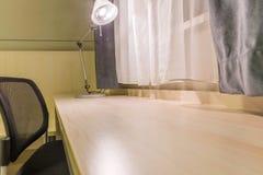 Σύγχρονος εργασιακός χώρος στο ελαφρύ υπόβαθρο Στοκ εικόνα με δικαίωμα ελεύθερης χρήσης