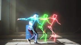 Σύγχρονος ζωηρόχρωμος φωτισμός γραμμών νέου πυράκτωσης Επαγγελματικός νέος ασιατικός αρσενικός χορευτής χιπ-χοπ στην αθλητική ένδ φιλμ μικρού μήκους