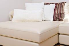 σύγχρονος καναπές δέρματ&omicr Στοκ Εικόνες