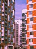 Σύγχρονος κατοικημένος σύνθετος με το ζωηρόχρωμο σχέδιο της οικοδόμησης των προσόψεων και της αναπτυγμένης υποδομής Μόσχα Ρωσία στοκ εικόνα