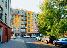 Σύγχρονος κατοικημένος σύνθετος φραγμός σπιτιών διαμερισμάτων με την υπαίθρια δυνατότητα στοκ φωτογραφία