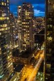Σύγχρονος κεντρικός από τη στέγη ενός ουρανοξύστη τη νύχτα Στοκ φωτογραφία με δικαίωμα ελεύθερης χρήσης