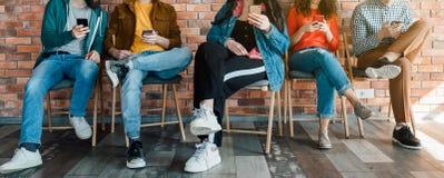 Σύγχρονος κοινωνικός εθισμός μέσων Millennials στοκ εικόνες