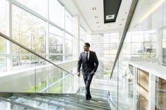 Σύγχρονος μαύρος επιχειρηματίας στα σκαλοπάτια Στοκ Εικόνες