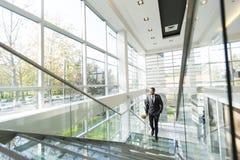 Σύγχρονος μαύρος επιχειρηματίας στα σκαλοπάτια Στοκ φωτογραφία με δικαίωμα ελεύθερης χρήσης