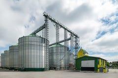 Σύγχρονος μεγάλος σιτοβολώνας Μεγάλα σιλό μετάλλων Στοκ εικόνες με δικαίωμα ελεύθερης χρήσης