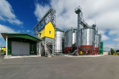 Σύγχρονος μεγάλος σιτοβολώνας Μεγάλα σιλό μετάλλων Στοκ φωτογραφίες με δικαίωμα ελεύθερης χρήσης