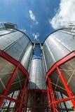Σύγχρονος μεγάλος σιτοβολώνας Μεγάλα σιλό μετάλλων Στοκ φωτογραφία με δικαίωμα ελεύθερης χρήσης