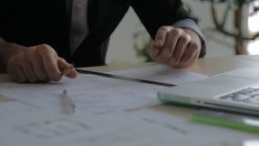 Σύγχρονος, μοντέρνος επιχειρηματίας ατόμων που εργάζεται με φιλμ μικρού μήκους