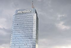 Σύγχρονος μπλε πύργος Plaza κτιρίου γραφείων Στοκ Φωτογραφία