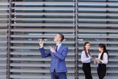 Σύγχρονος νέος αρσενικός επιχειρηματίας τύπων, σπουδαστής στο πρώτο πλάνο ST Στοκ Εικόνες