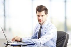 Σύγχρονος νέος επιχειρηματίας στο γραφείο Στοκ Εικόνα