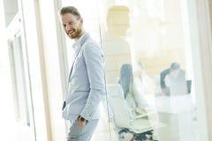 Σύγχρονος νέος επιχειρηματίας στο γραφείο Στοκ Εικόνες