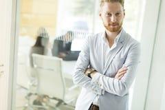 Σύγχρονος νέος επιχειρηματίας στο γραφείο Στοκ φωτογραφίες με δικαίωμα ελεύθερης χρήσης