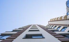 σύγχρονος νέος κτηρίου δ& Σύγχρονου, νέου και μοντέρνου διαβίωσης φραγμός Multistoried, των επιπέδων τα επίπεδα κτημάτων στεγάζου στοκ φωτογραφίες