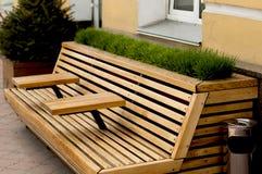 Σύγχρονος ξύλινος πάγκος με armrest τον πίνακα Στοκ Εικόνες