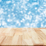 Σύγχρονος ξύλινος πίνακας με το μπλε μουτζουρωμένο υπόβαθρο Στοκ Εικόνες