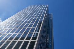 Σύγχρονος ουρανοξύστης με την πρόσοψη γυαλιού ως κτίριο γραφείων Στοκ φωτογραφία με δικαίωμα ελεύθερης χρήσης