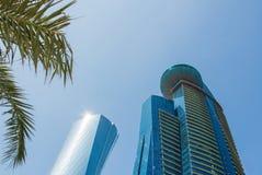 Σύγχρονος ουρανοξύστης με τη βερνικωμένη πρόσοψη στο υπόβαθρο μπλε ουρανού Οικονομική έννοια στοκ εικόνα
