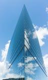 Σύγχρονος ουρανοξύστης οικοδόμησης γυαλιού στο μπλε ουρανό duesseldorf Στοκ φωτογραφία με δικαίωμα ελεύθερης χρήσης