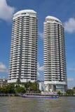 Σύγχρονος ουρανοξύστης στη Μπανγκόκ εκτός από τον ποταμό Chao Phraya Στοκ Φωτογραφία
