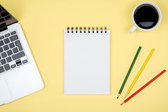 Σύγχρονος πίνακας γραφείων γραφείων με το lap-top και την κενή σελίδα σημειωματάριων Στοκ φωτογραφία με δικαίωμα ελεύθερης χρήσης