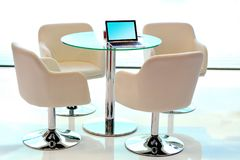 Σύγχρονος πίνακας διασκέψεων με τις καρέκλες, lap-top Στοκ εικόνα με δικαίωμα ελεύθερης χρήσης