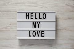 """Σύγχρονος πίνακας με το κείμενο """"γειά σου η αγάπη μου """"σε ένα άσπρο ξύλινο υπόβαθρο, τοπ άποψη Βαλεντίνος ` s ημέρα στις 14 Φεβρο στοκ εικόνες"""