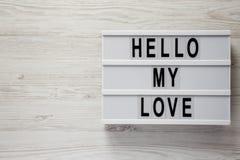 """Σύγχρονος πίνακας με το κείμενο """"γειά σου η αγάπη μου """"σε μια άσπρη ξύλινη επιφάνεια, τοπ άποψη Βαλεντίνος ` s ημέρα στις 14 Φεβρ στοκ φωτογραφίες"""