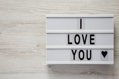 """Σύγχρονος πίνακας με το κείμενο """"σ' αγαπώ """"σε μια άσπρη ξύλινη επιφάνεια, τοπ άποψη Επίπεδος βάλτε, γενικά έξοδα Βαλεντίνος ` s η στοκ εικόνες με δικαίωμα ελεύθερης χρήσης"""