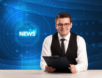 Σύγχρονος παρουσιαστής televison που λέει τις ειδήσεις με το tehnology backg Στοκ Εικόνες