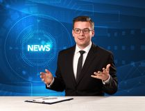 Σύγχρονος παρουσιαστής televison που λέει τις ειδήσεις με το υπόβαθρο tehnology Στοκ εικόνα με δικαίωμα ελεύθερης χρήσης