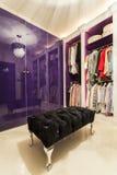 Σύγχρονος περίπατος στην ντουλάπα με το υπερβολικό μαξιλάρι πουφ βελούδου Στοκ εικόνα με δικαίωμα ελεύθερης χρήσης