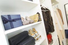 Σύγχρονος περίπατος στο ντουλάπι με τα παπούτσια και τις τσάντες πολυτέλειας Στοκ Φωτογραφίες