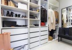 Σύγχρονος περίπατος στο ντουλάπι με τα παπούτσια και τις τσάντες πολυτέλειας στοκ εικόνες με δικαίωμα ελεύθερης χρήσης