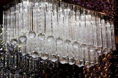 Σύγχρονος πολυέλαιος γυαλιού που απομονώνεται πέρα από το μαύρο υπόβαθρο Στοκ Φωτογραφίες