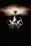 Σύγχρονος πολυέλαιος γυαλιού που απομονώνεται πέρα από το μαύρο υπόβαθρο Στοκ Φωτογραφία