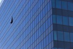 Σύγχρονος πύργος γραφείων με το ανοιγμένο παράθυρο Στοκ Φωτογραφίες