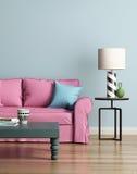 Σύγχρονος ρόδινος καναπές σε ένα ανοικτό μπλε εσωτερικό πολυτέλειας Στοκ Εικόνες