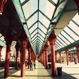Σύγχρονος σιδηροδρομικός σταθμός στη μεγάλη πόλη Στοκ Φωτογραφίες